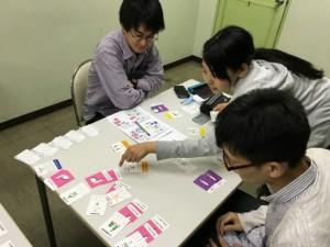 神奈川大学の3年生がゲームで就カツを体験中。途中からは自分たちで問題解決しながら進めていました。